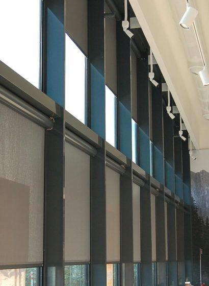 Edificio con tende a rullo oscuranti per progetti contract
