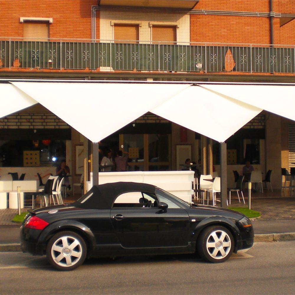 Particolare di tende da sole per bar